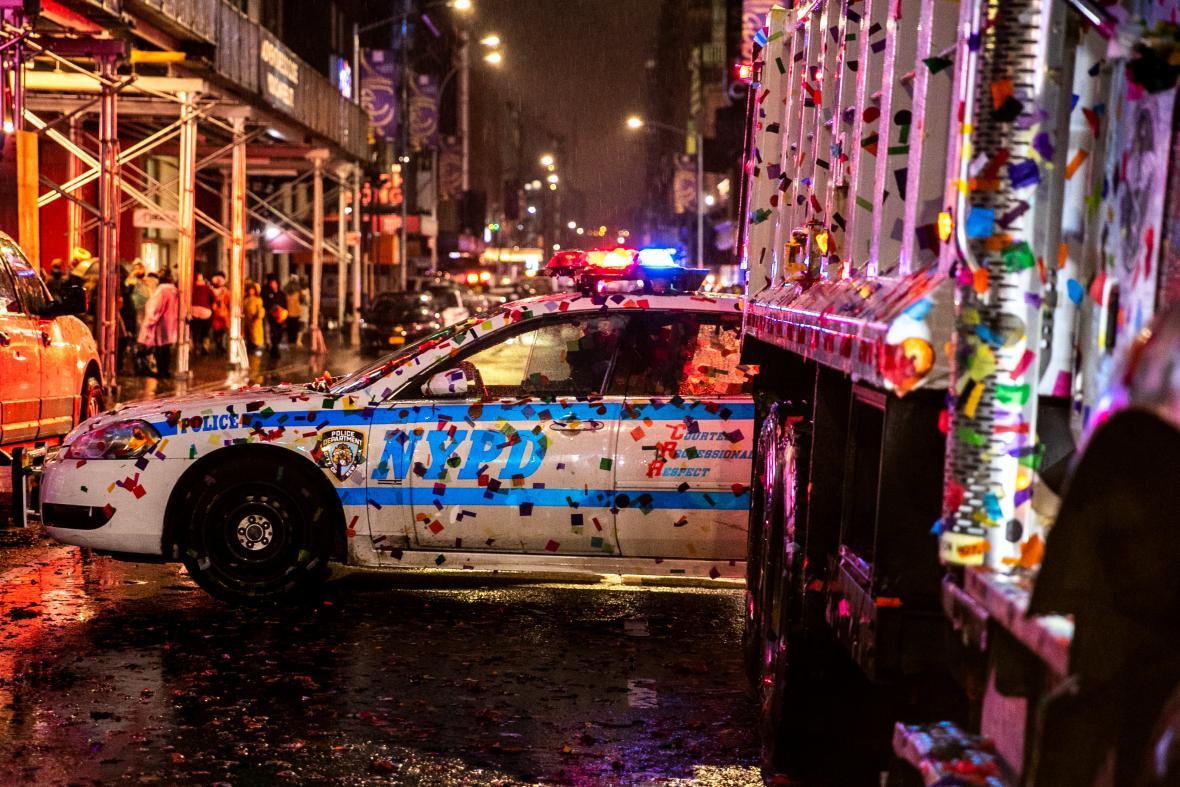 Centrum New Yorku zaplavily během novoročního veselí konfety