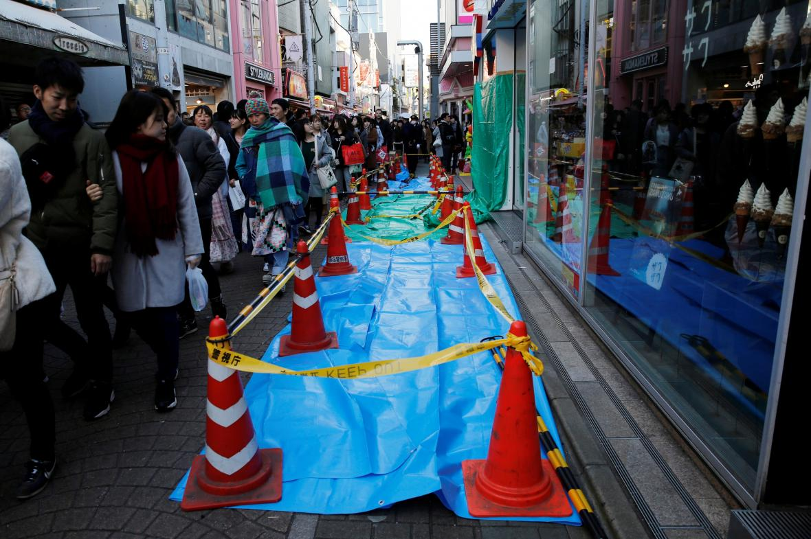 Chodci obcházejí místo v Tokiu, kde muž najel autem do davu