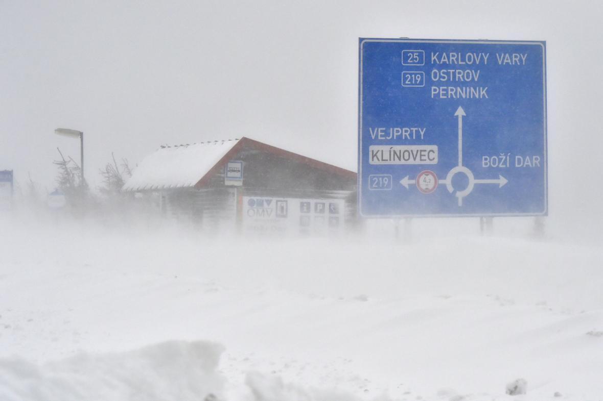 Silný vítr a sněžení komplikovaly dopravu v Krušných horách
