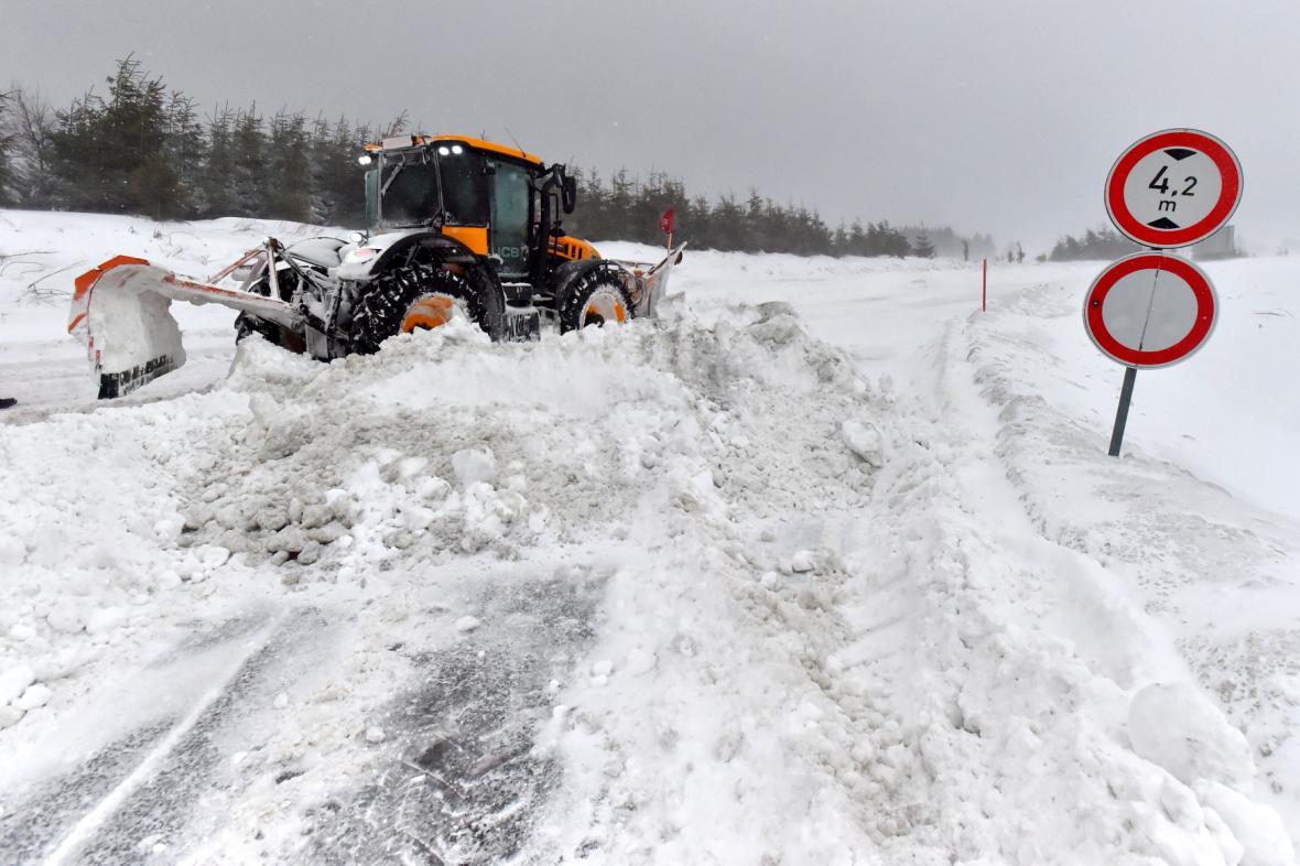 Kvůli silnému větru a sněžení museli silničáři uzavřít silnici z Božího Daru na Klínovec