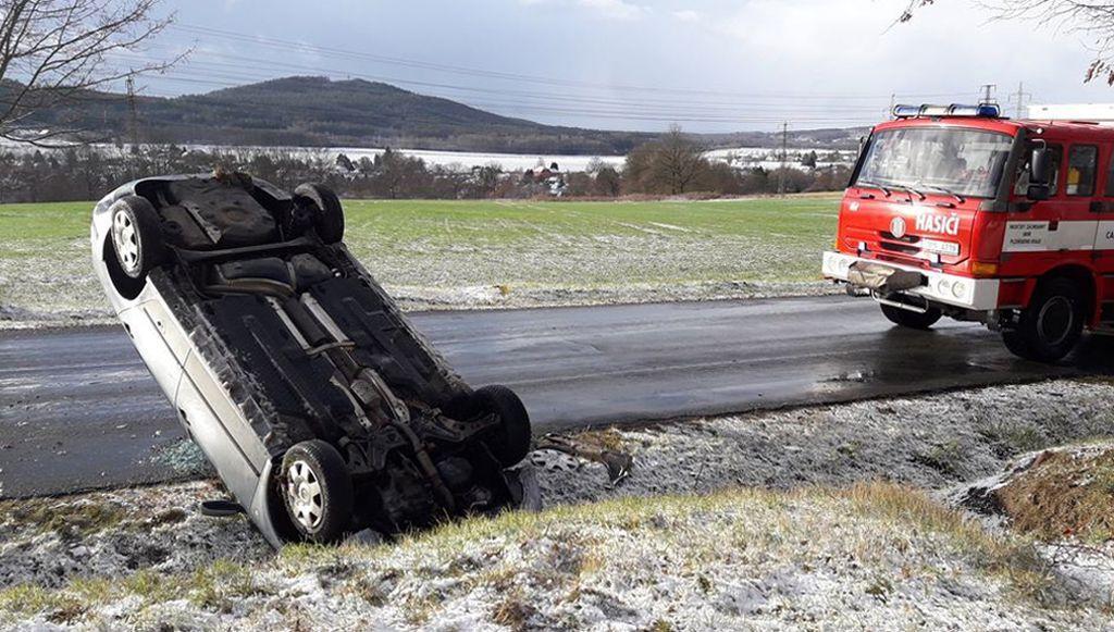 Při nehodě u Dobříva na Rokycansku se převrátilo auto na střechu