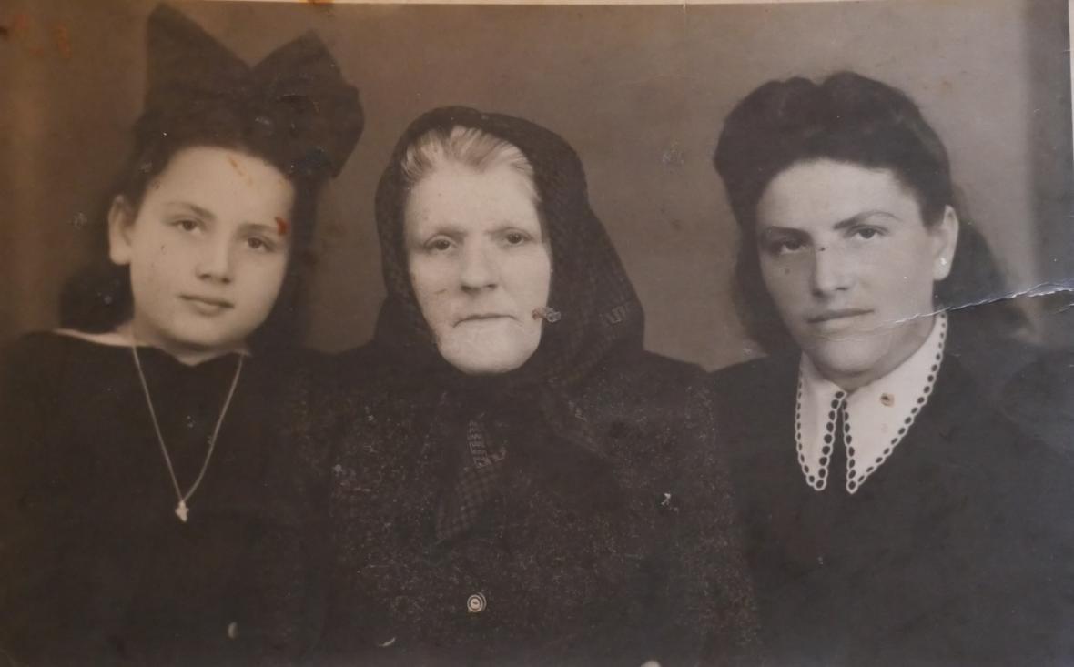Jolana s maminkou a babičkou