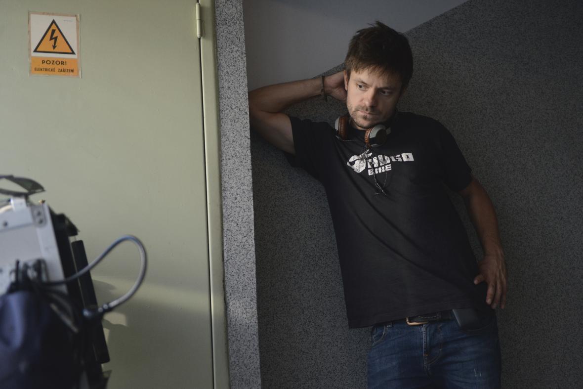 Jiří Mádl při natáčení filmu Na střeše