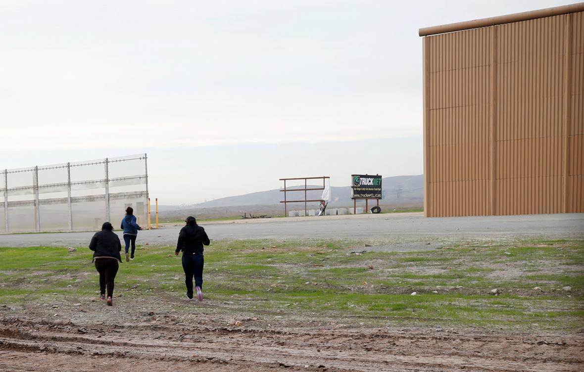 Jeden z prototypů nové bariéry na hranici USA a Mexika