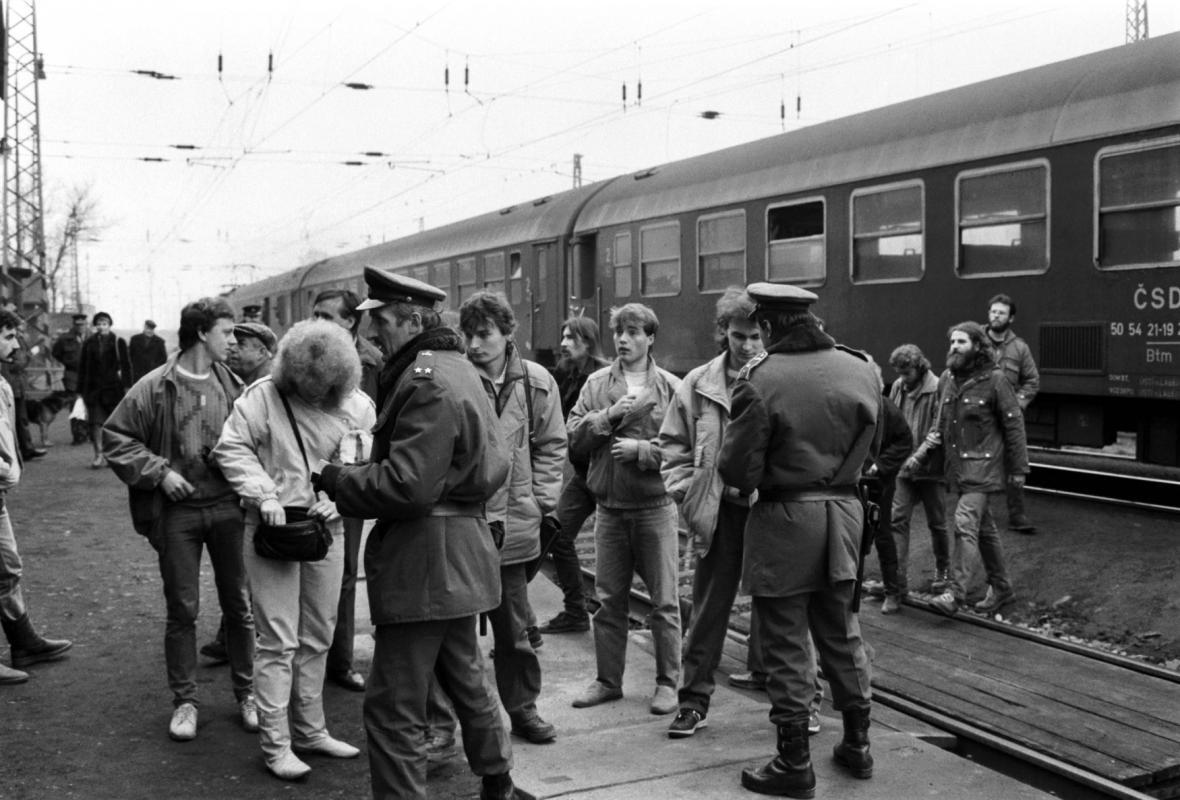 Příslušníci SNB ve Všetatech při kontrole lidi, kteří chtěli uctít památku Jana Palachu u jeho hrobu (21. ledna 1989)