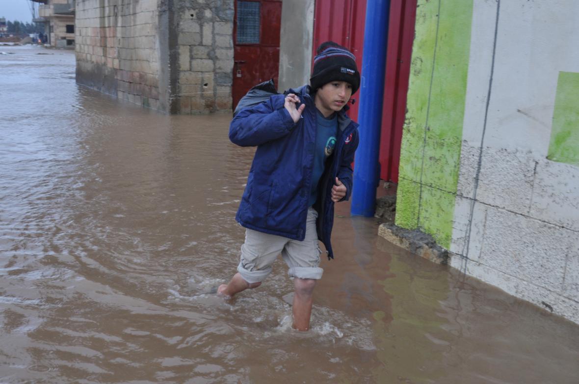 Zaplavený uprchlický tábor v údolí Biká
