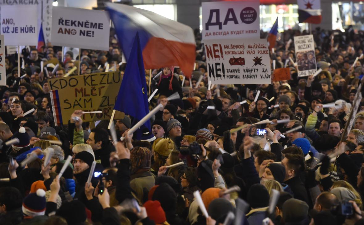 Protest proti zvolení Zdeňka Ondráčka do čela komise pro kontrolu GIBS. Lidé drží symbolické bílé obušky z papíru (5. března 2018)