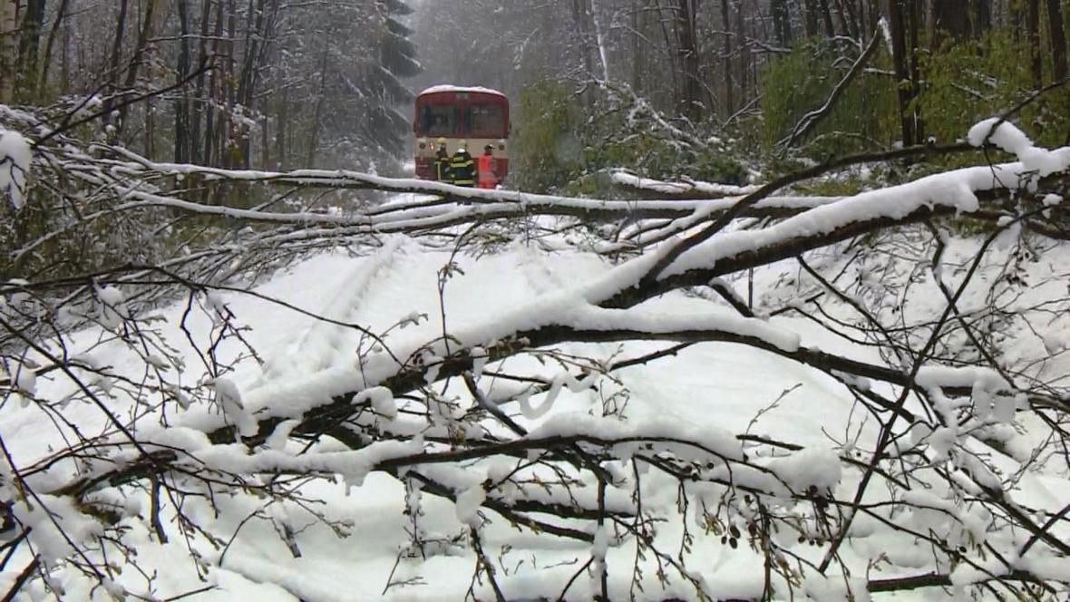 Spadané stromy zastavily provoz na několika železničních tratích