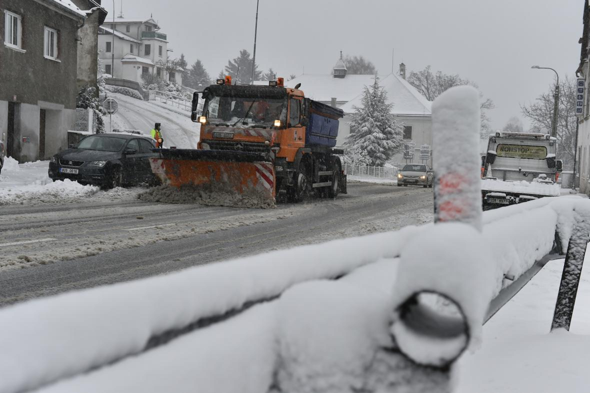 Pluh v Libouchci na Ústecku u odbočky na uzavřenou silnici do Tisé