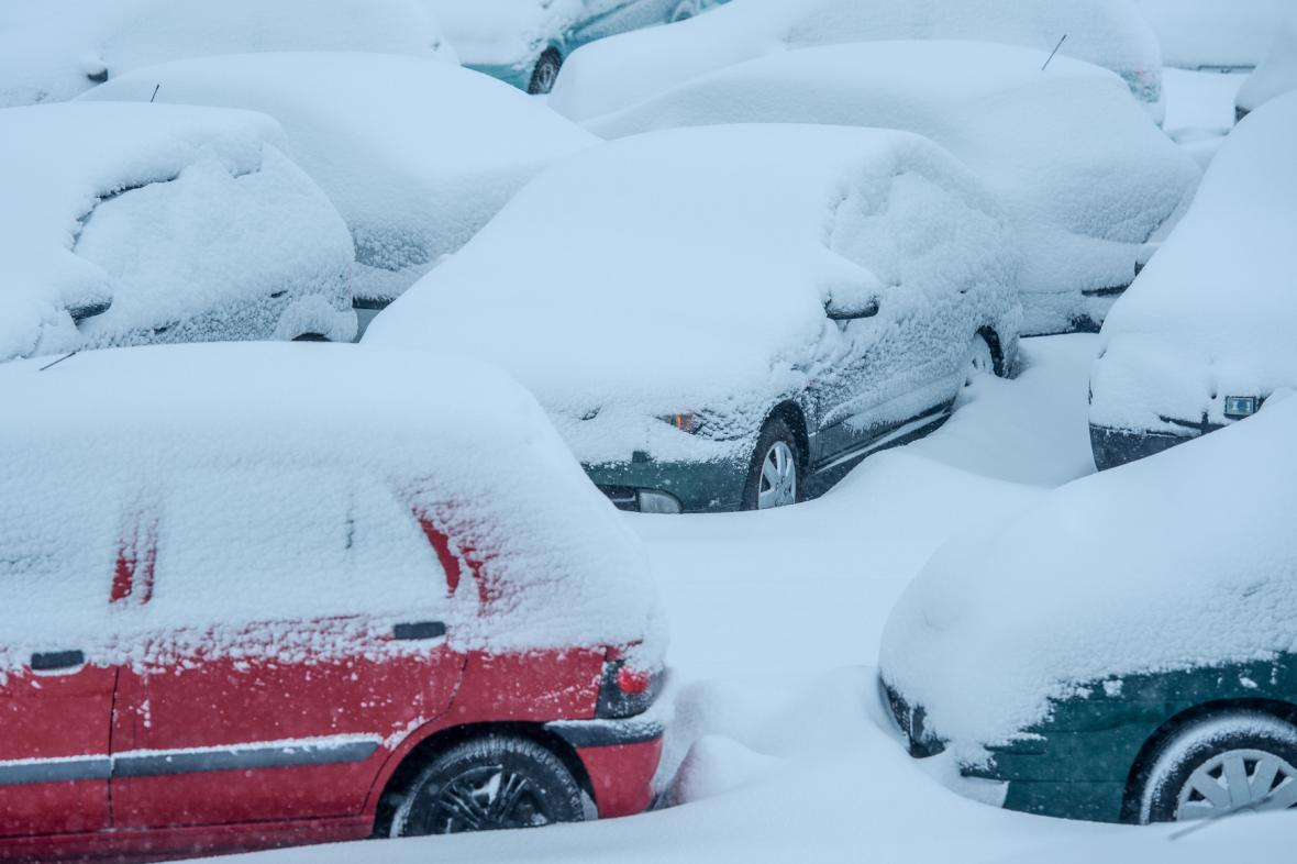 Zasněžené automobily v Jablonci nad Nisou