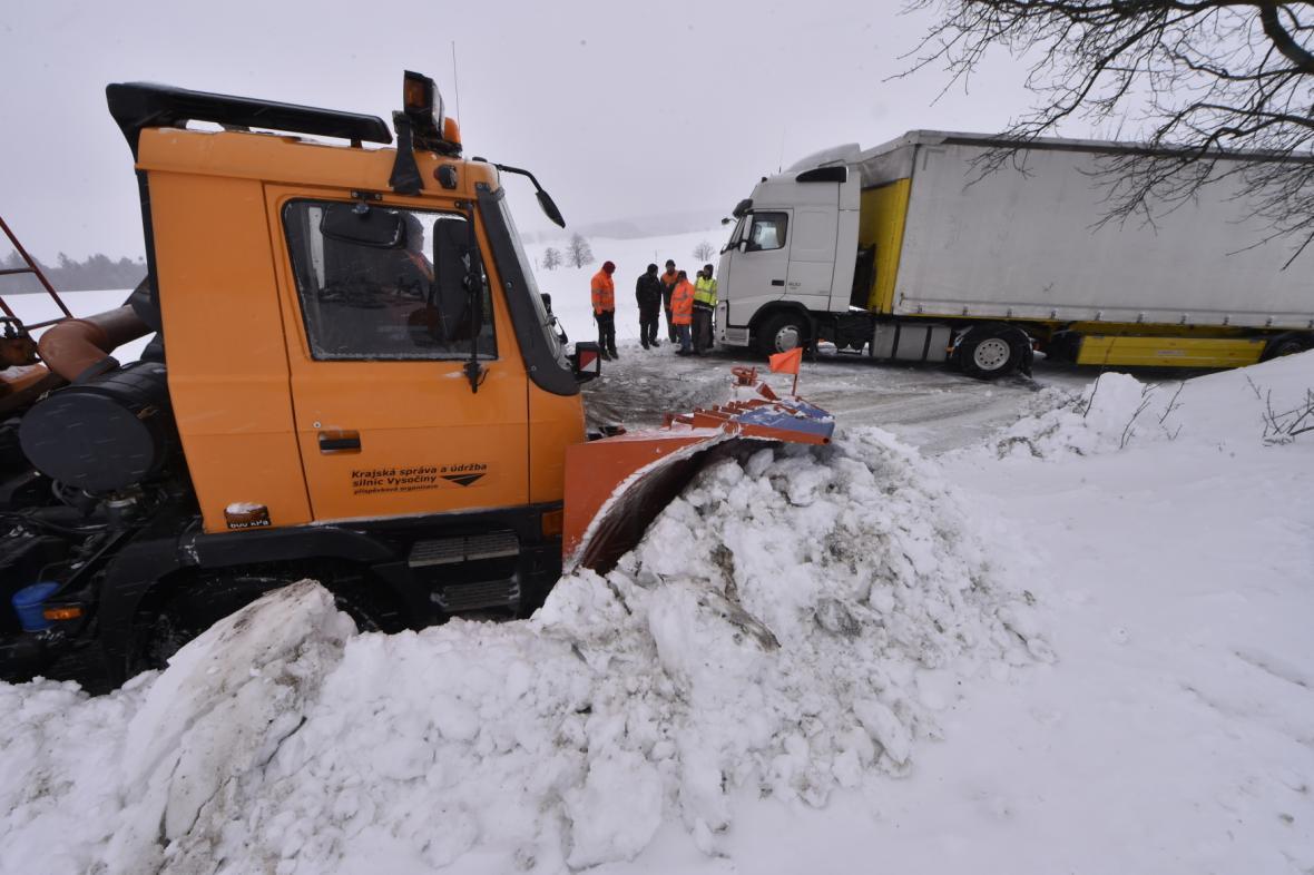 Vzpříčený kamion na silnici mezi Jihlavou a Žďárem nad Sázavou
