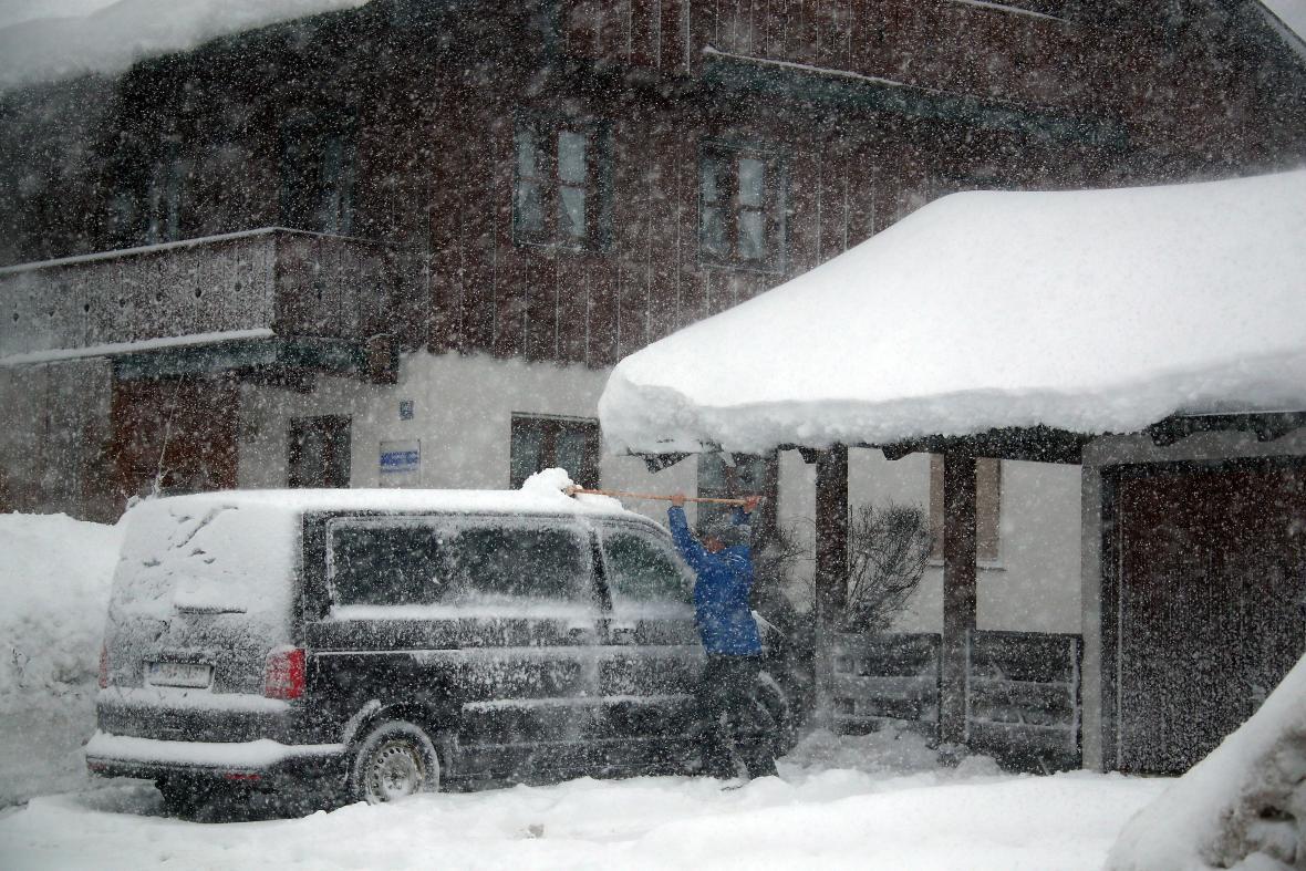 Odklízení sněhu v obci Schaftlach