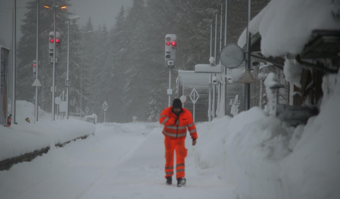 Zasněžené koleje u obce Schaftlach
