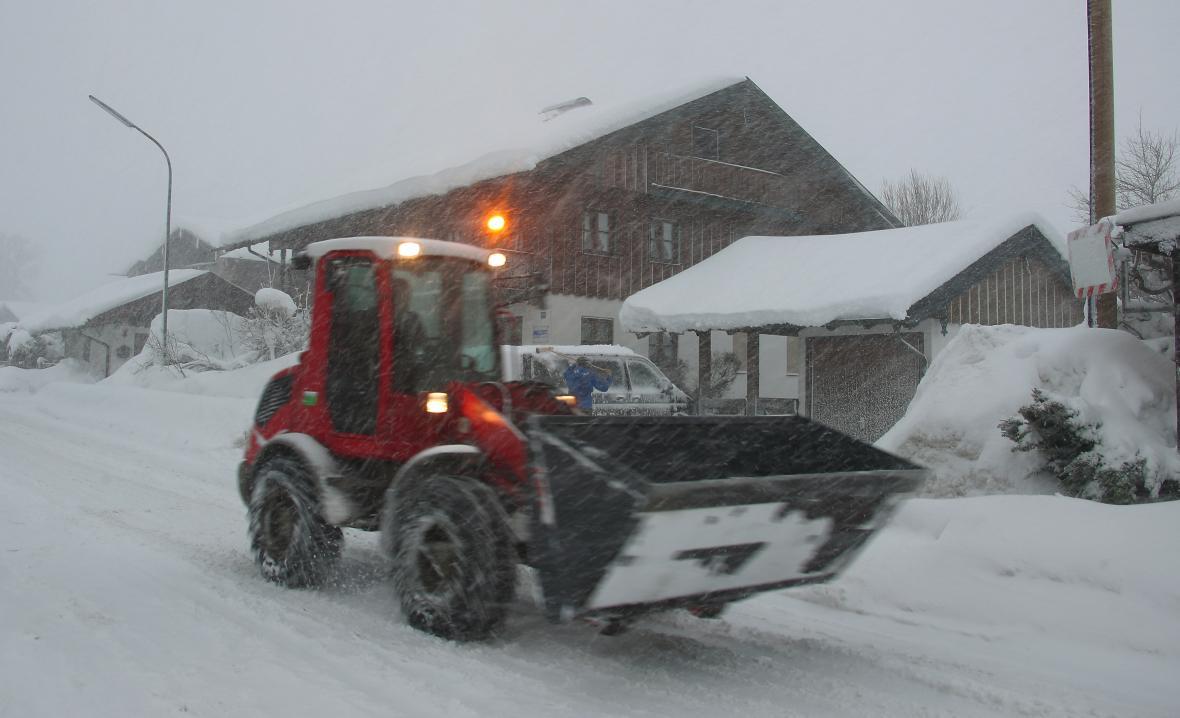 Odstraňování sněhu u obce Schaftlach