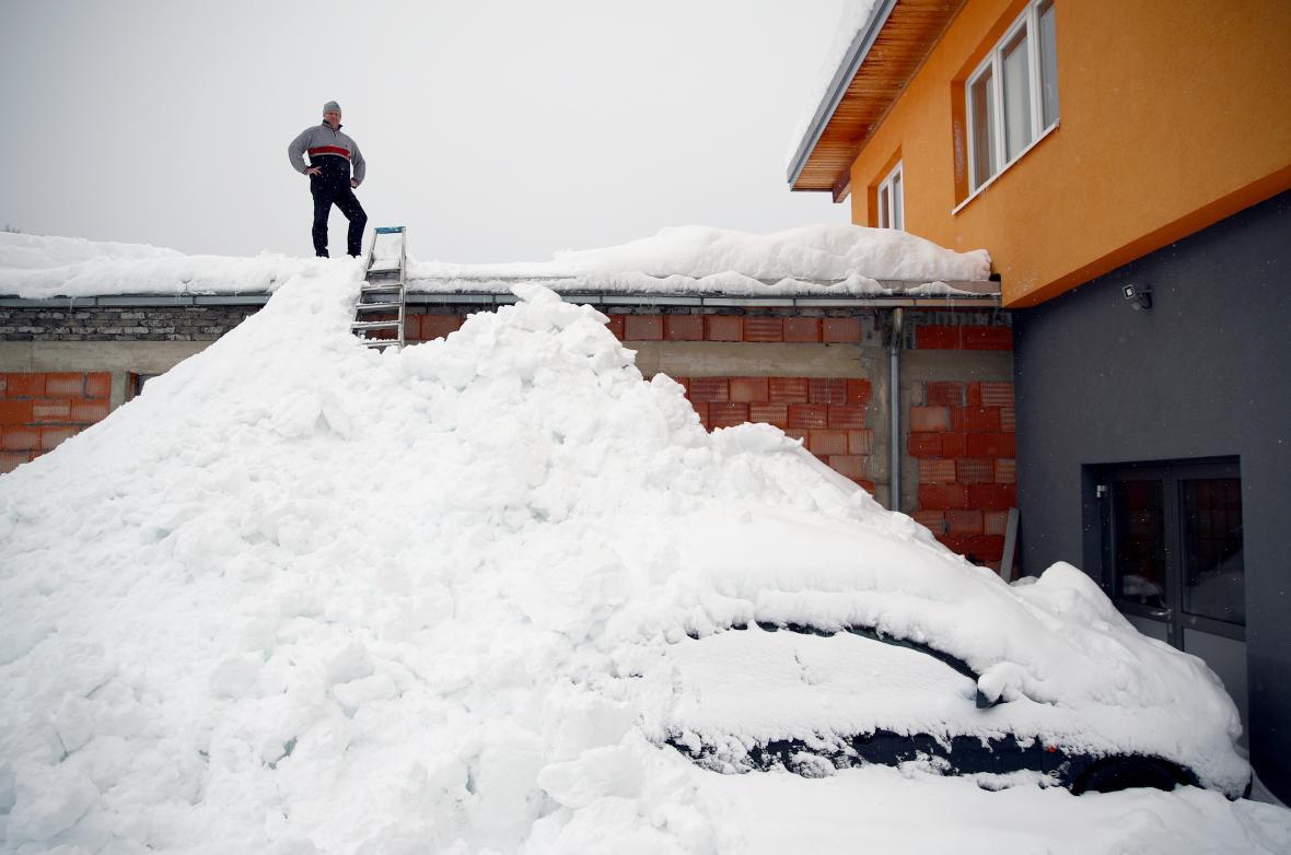 Gottfried Klapfer na střeše budovy své firmy v rakouském Eisenerzu