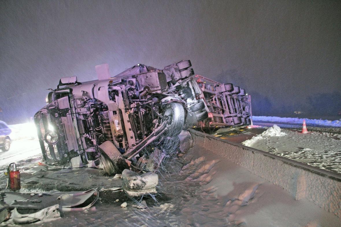 Převrácený kamion na dálnici v Bádensku-Würrtembersku