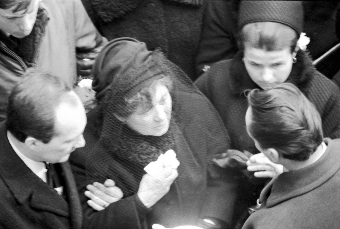 Libuše Palachová se synem Jiřím na pohřbu Jana Palacha