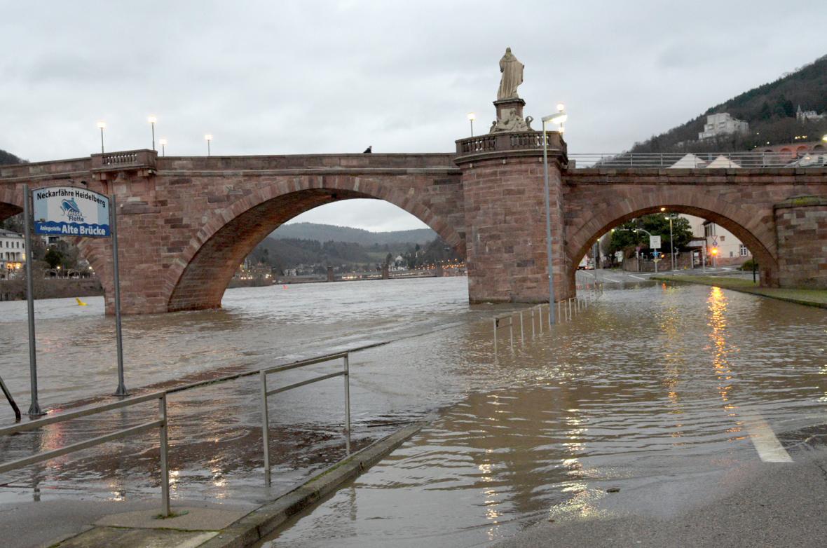 Rozvodněná řeka Neckar nedaleko Heidelbergu