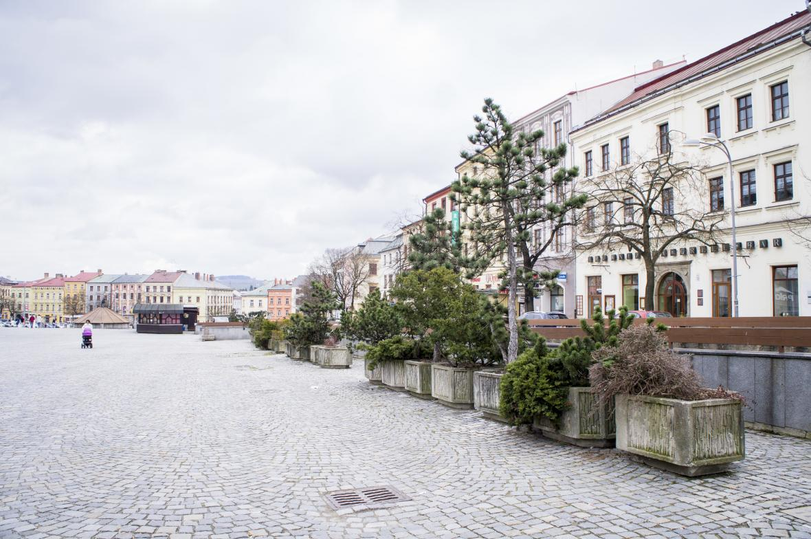 Betonové květináče na Masarykové náměstí