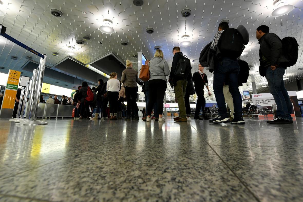 Lidé stojí frontu na letišti v Hannoveru