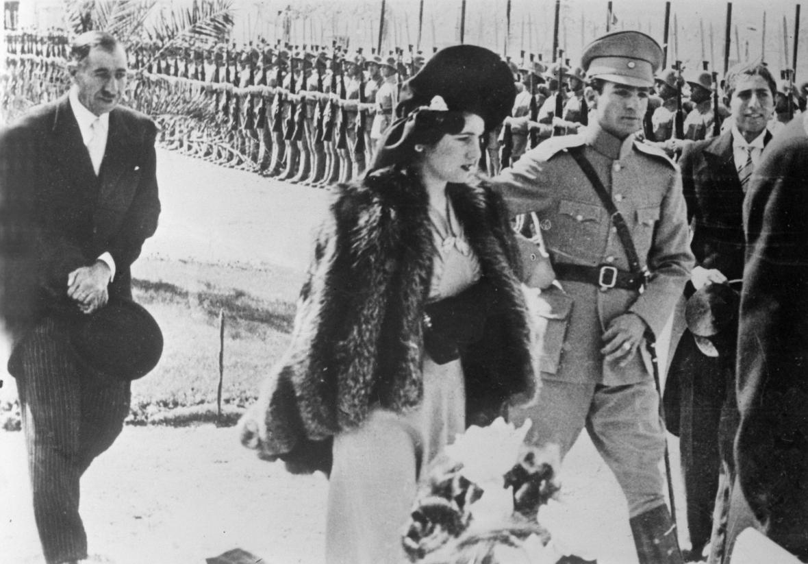 Korunní íránský princ Rezá Pahlaví a choť Fauzíja v roce 1939
