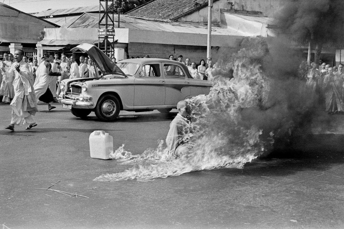 Mnich Thich Quang Duc v plamenech