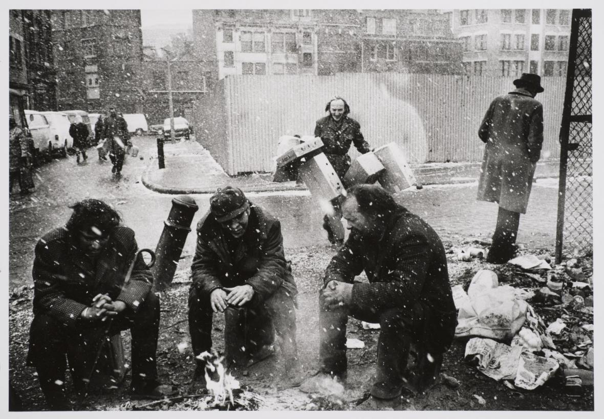 Lidé kolem ohně, Spitalfields Market, Londýn, 1976