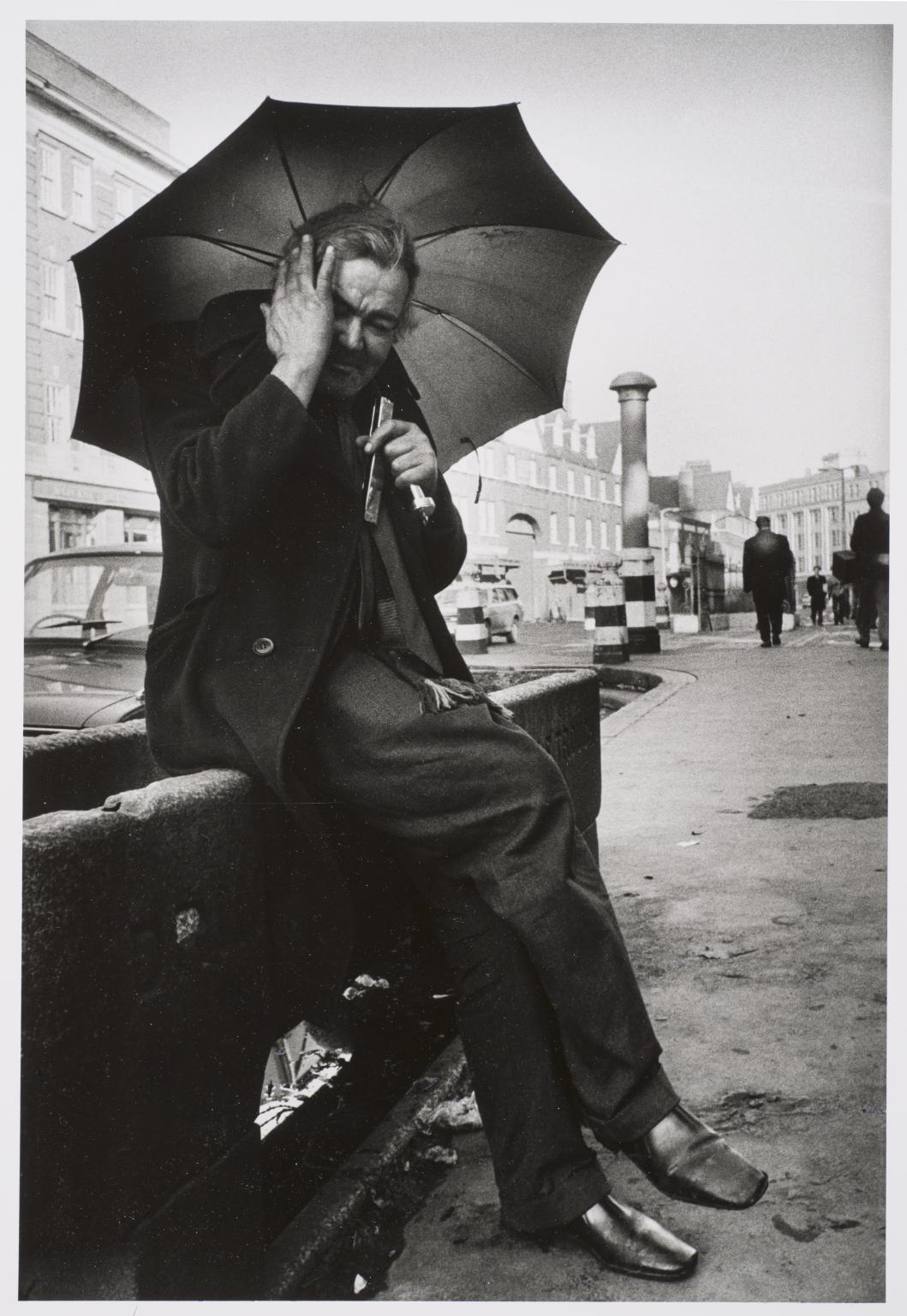 Muž hrající na harmoniku před Christ Church, Commercial Road, Londýn, 1978