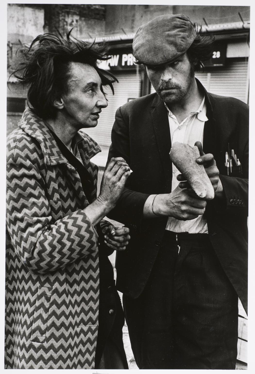 Žena a muž s chlebem, Spitalfields, Londýn, 1976