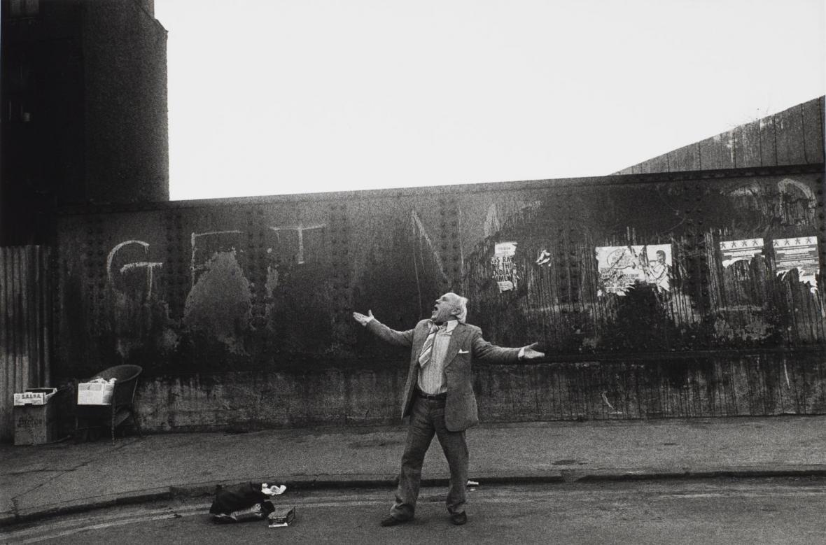 Muž zpívá na Brick Lane, Londýn, 1982