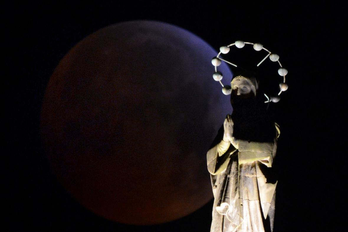 Zatmění Měsíce nad německým Trierem