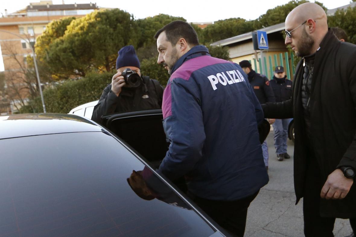 Matteo Salvini v policejní uniformě