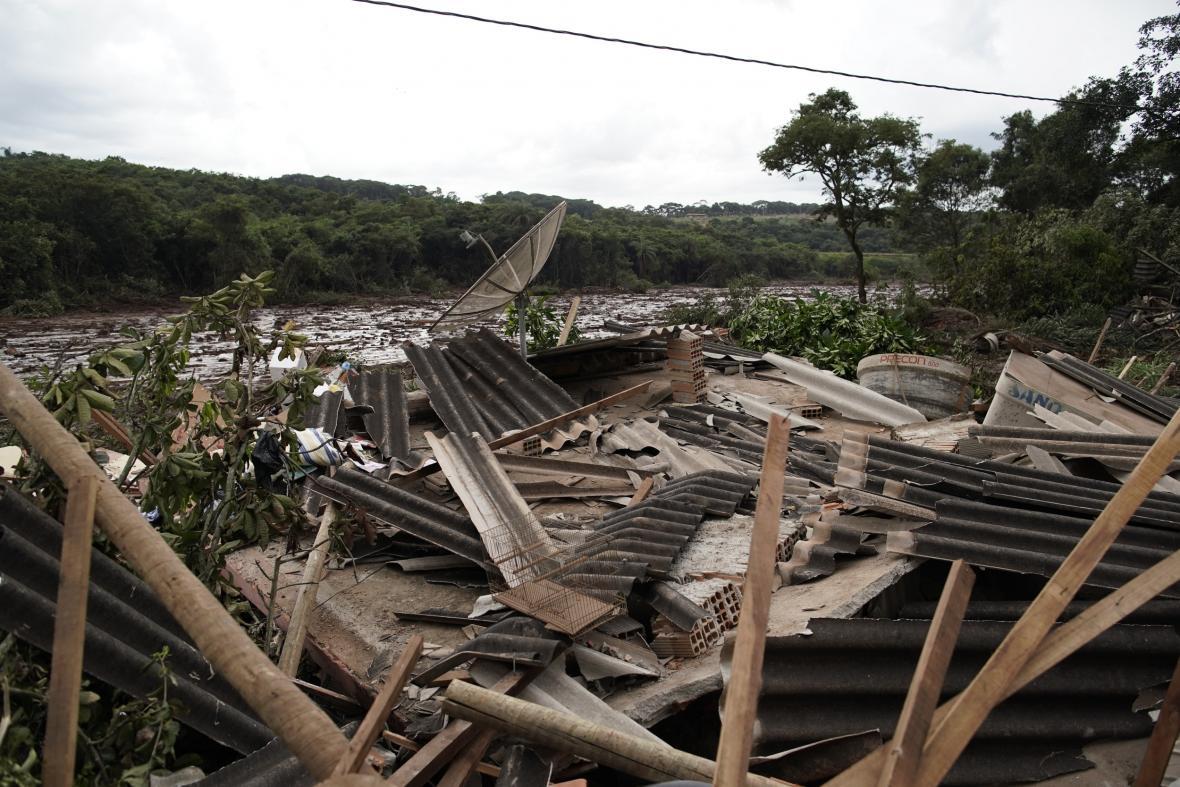 Bahno a voda z protržené přehrady srovnaly se zemí domy v celé oblasti