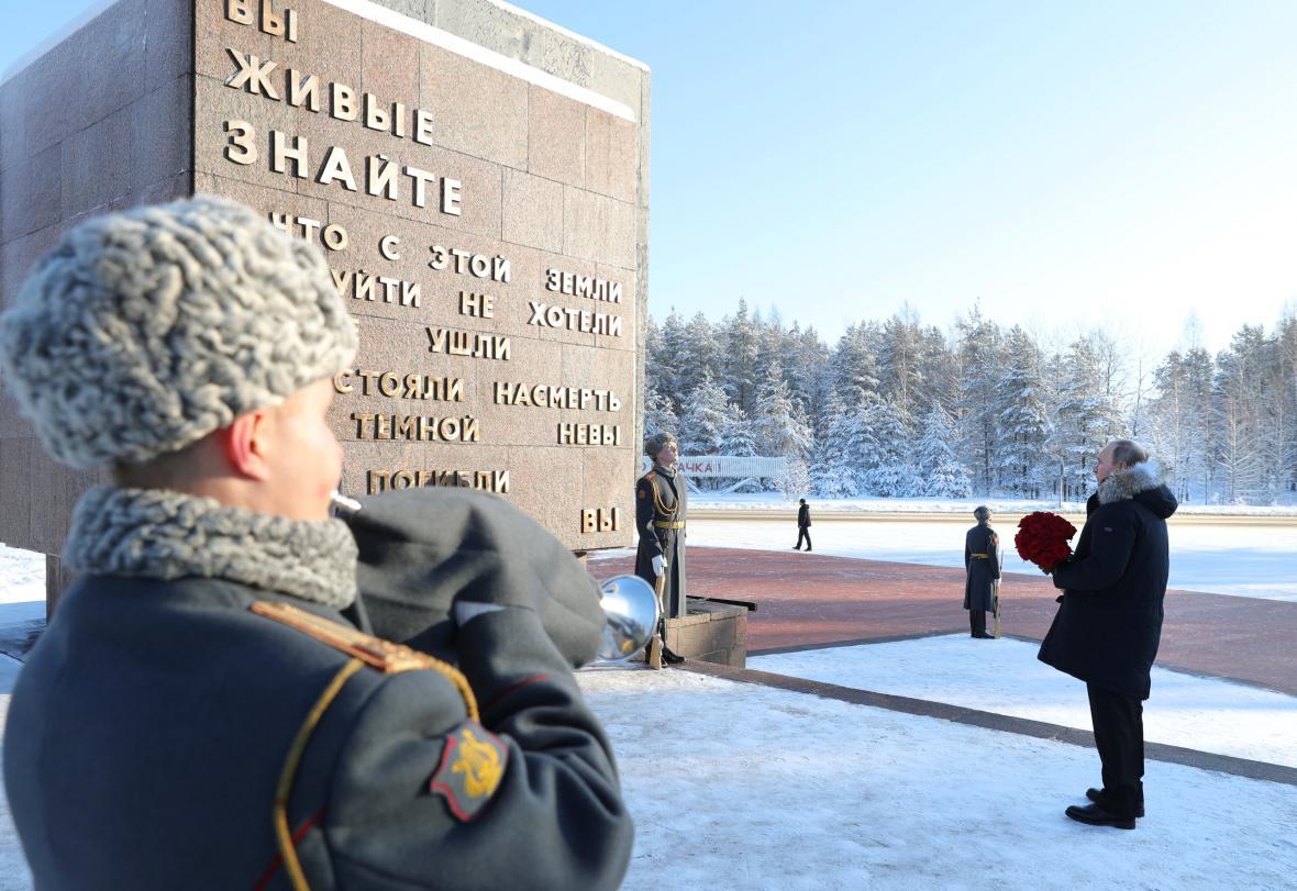 Vladimir Putin na Piskarevském hřbitově