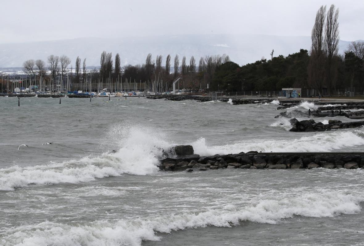 Větrem rozbouřená hladina Ženevského jezera ležícího na hranici mezi Francií a Švýcarskem