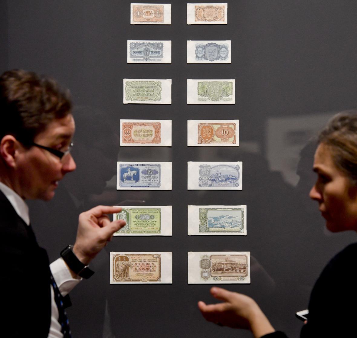 Pohled na výstavu k výročí československé měny v Císařské konírně.