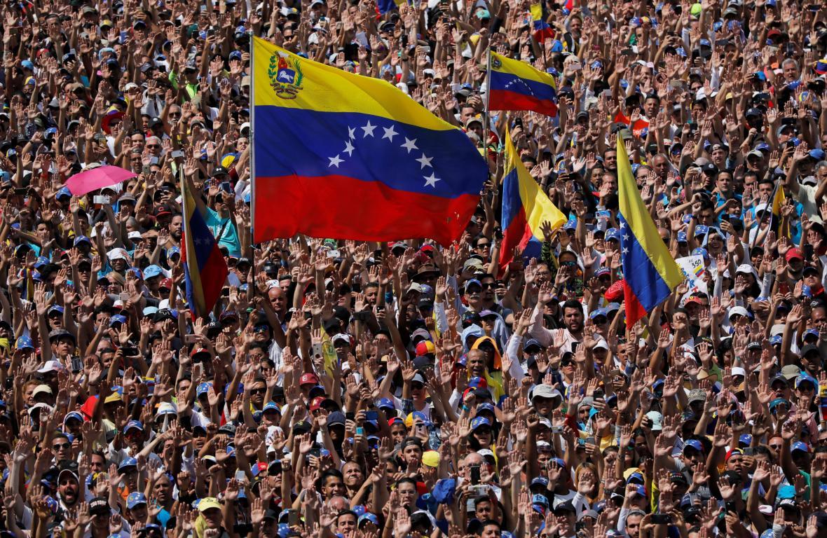 Příznivci opozice na demonstraci proti Madurově vládě