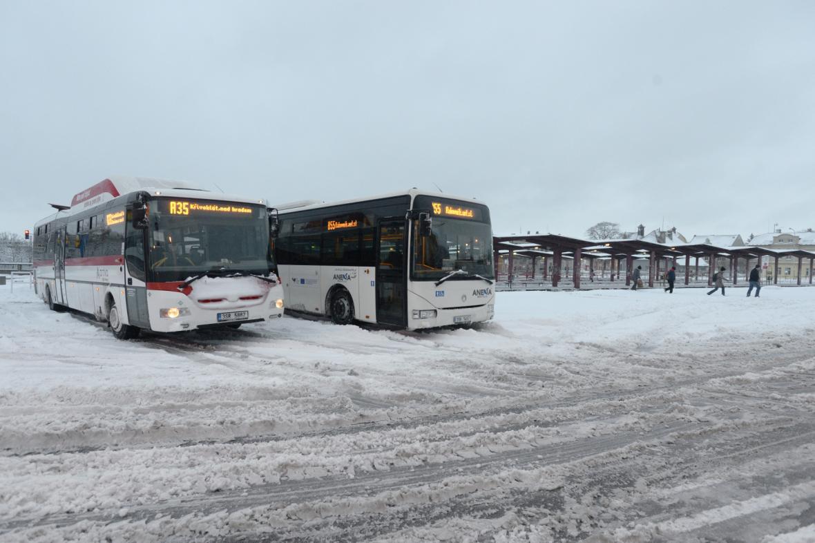 Autobusy na autobusovém nádraží v Kladně