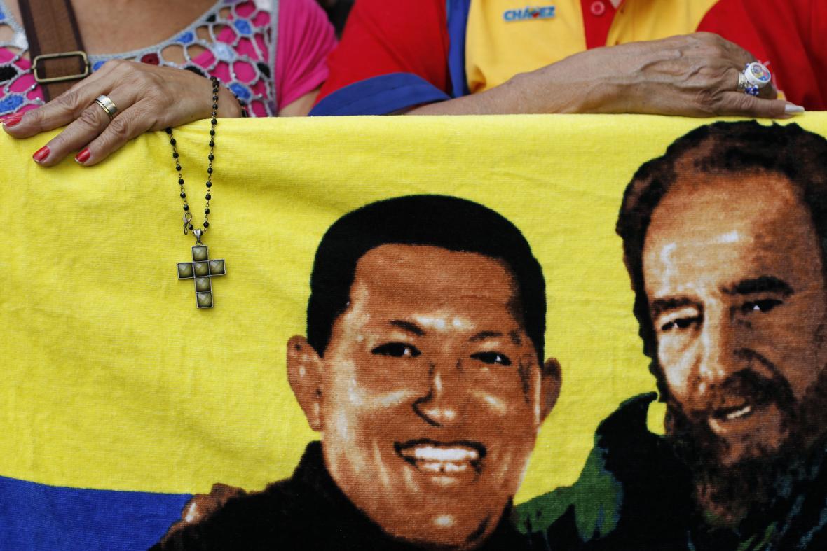 Portréty Huga Cháveze a Fidela Castra