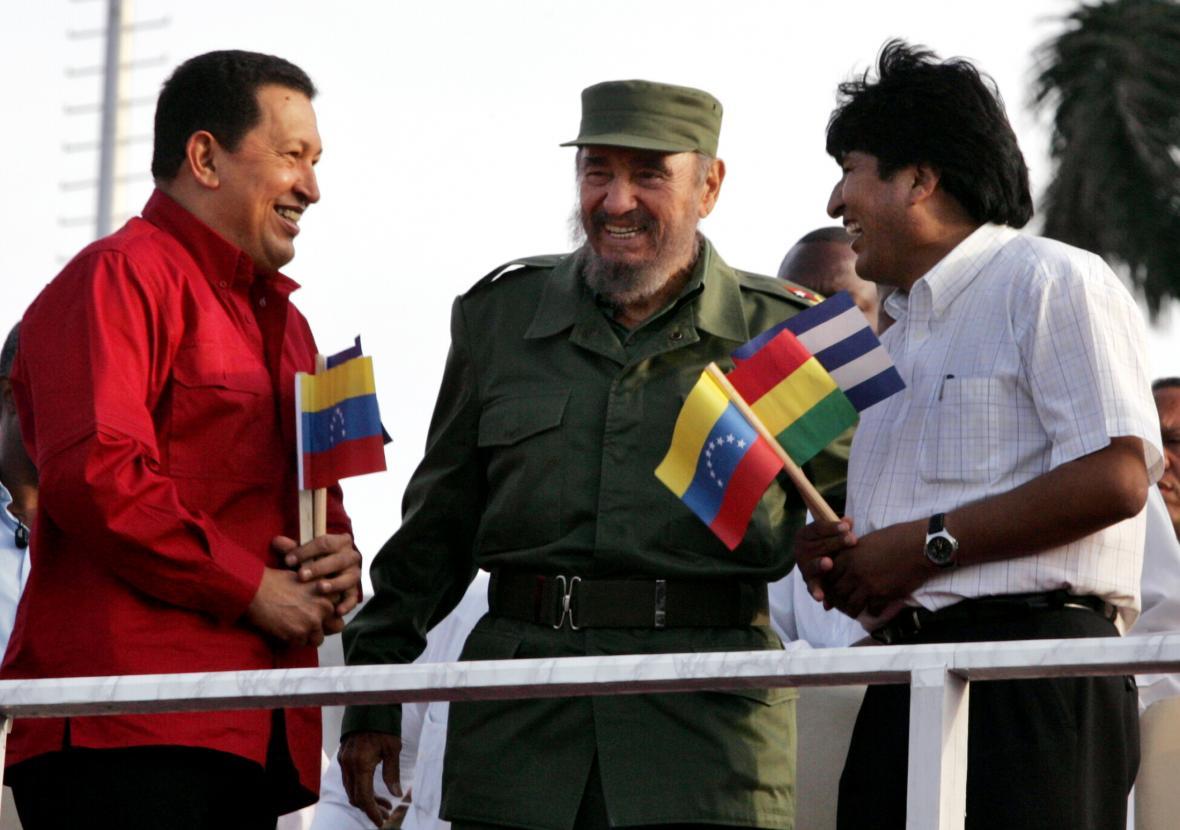 Tehdejší prezidenti Venezuely, Kuby a Bolívie - Hugo Chávez, Fidel Castro a Evo Morales v roce 2006
