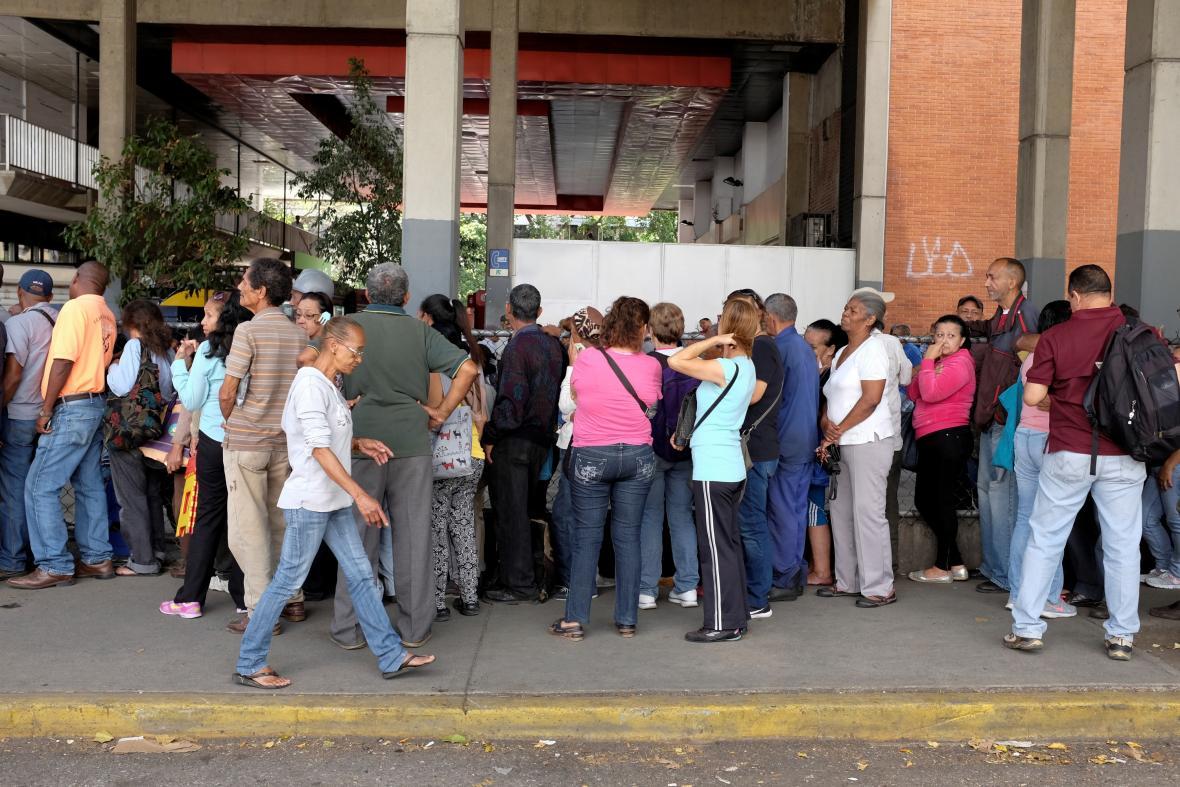 Fronta lidí před supermarketem v Caracasu na snímku z listopadu 2018