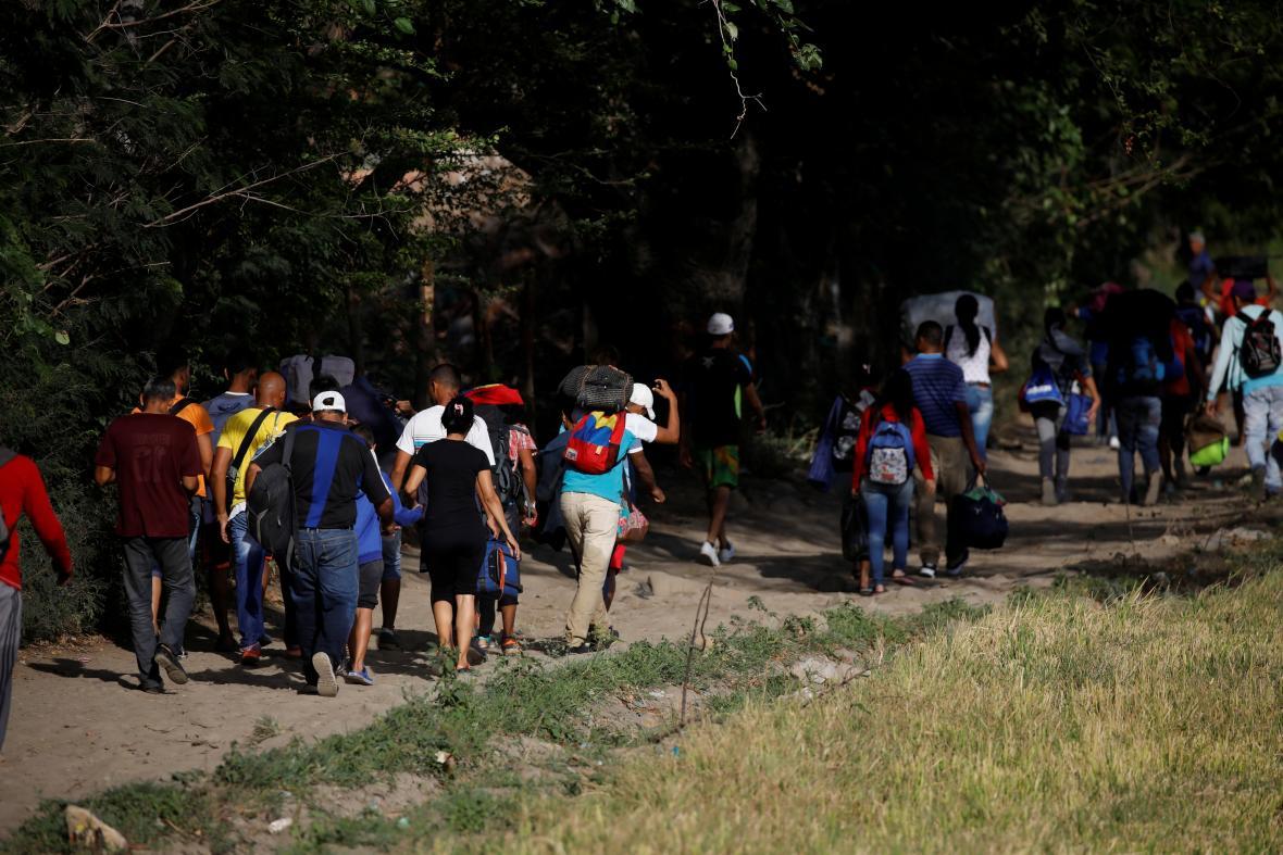 Venezuelané nelegálně přecházející hranici do sousední Kolumbie na snímku z listopadu 2018