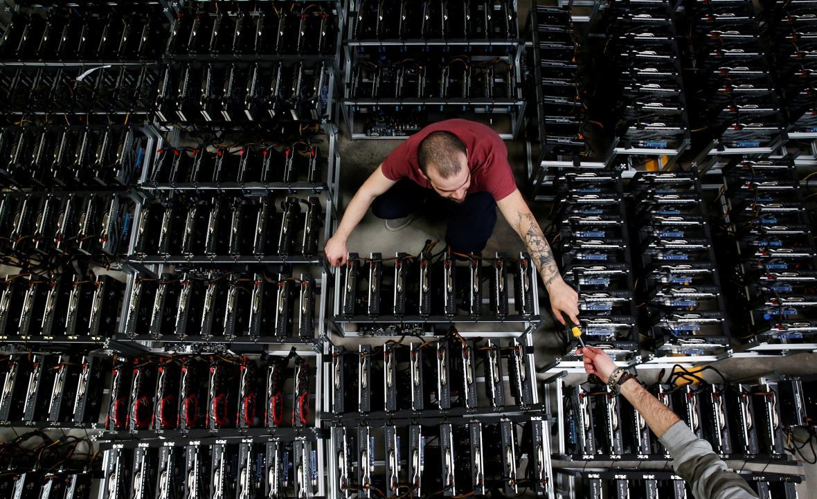 Zaměstnanec při těžbě bitcoinů v továrně v italské Florencii