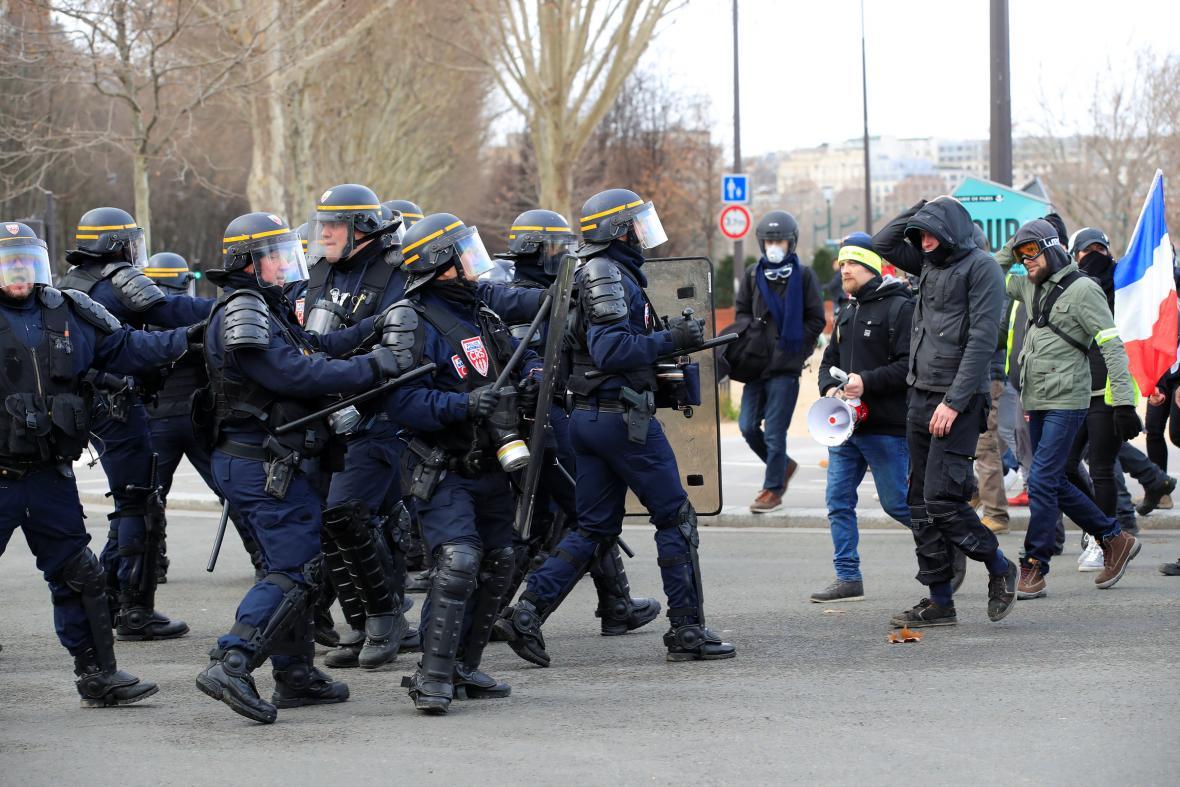 Střety policie s demonstranty v Paříži