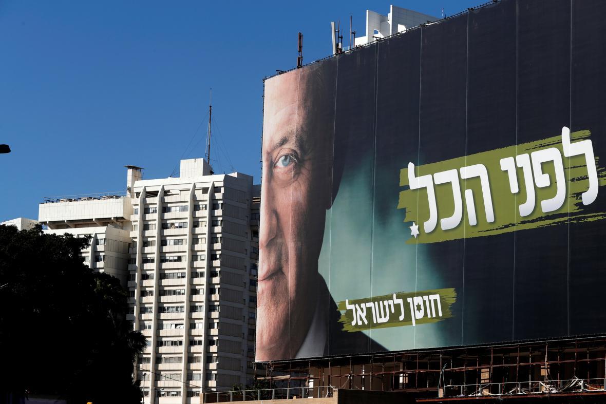 Předvolební kampaň v Izraeli - billboard s generálem Bennym Gantzem