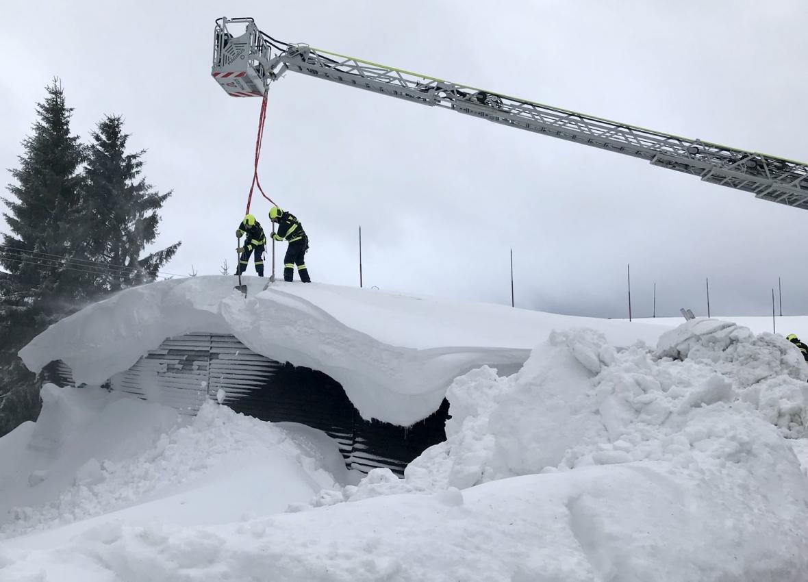 Těžký sníh prolomil střechu úpravny vody u Božího Daru