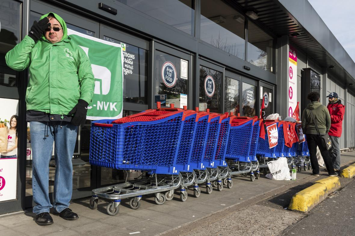 Zablokovaný vstup do supermarketu Carrefour v Bruselu