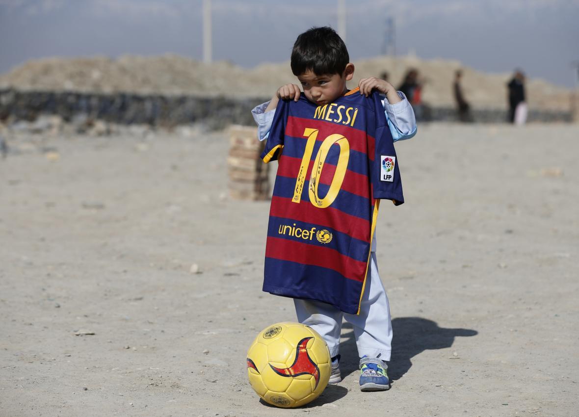 Murtaza Ahmadí s dresem podepsaným od Lionela Messiho