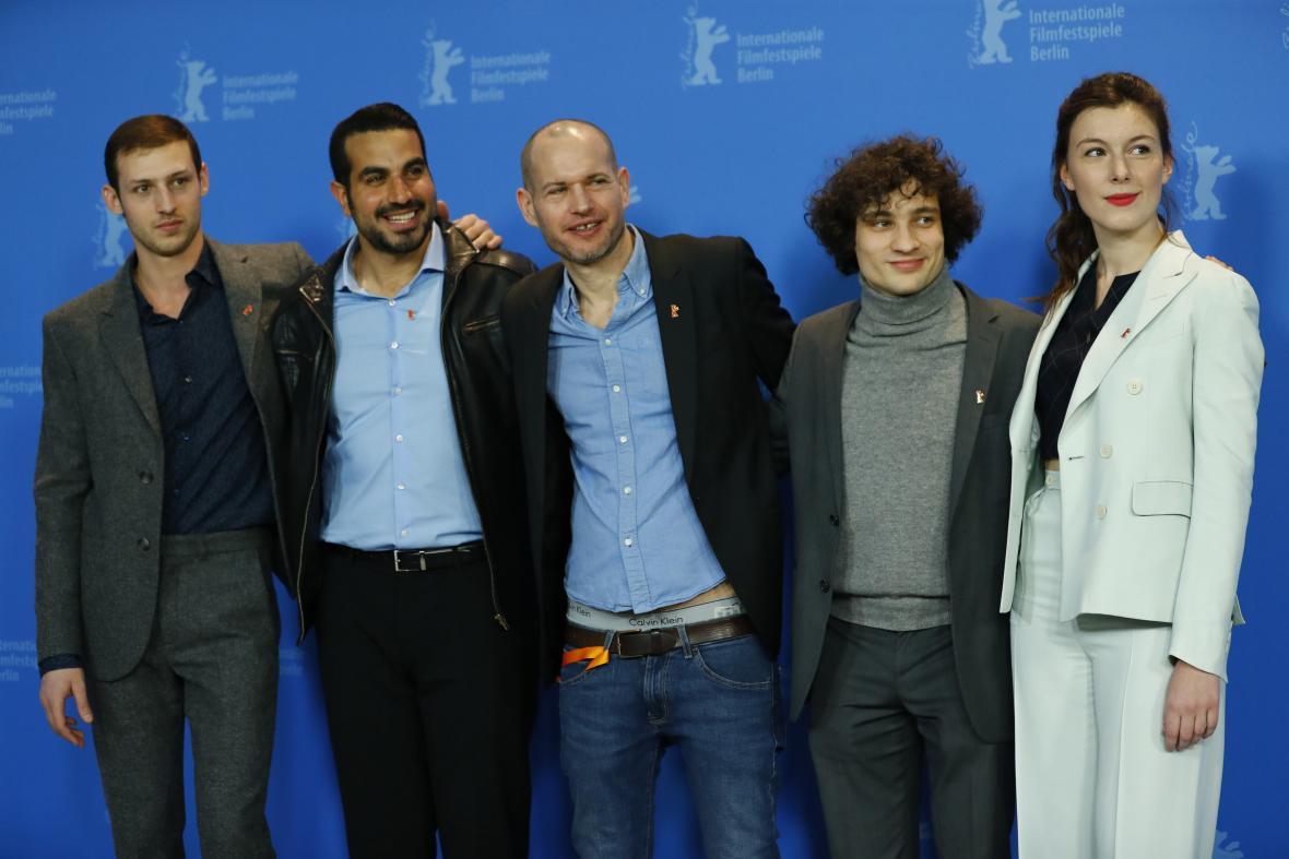Režisér a scénárista filmu Synonyma Nadav Lapid s herci Jonathanem Boudinem, Quentinem Dolmairem, Tomem Mercierem and Louise Chevillotteovou.