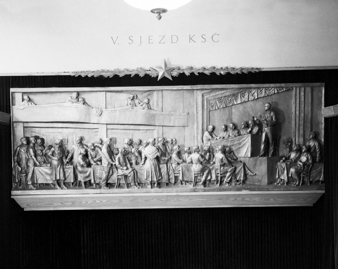 Reliéf sochaře Františka Davida zachycující pátý sjezd KSČ v roce 1929. Odhalen byl v Muzeu Klementa Gottwalda v roce 1961